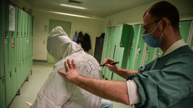 Coronavirus, l'operazione di vestizione del personale sanitario