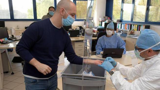 Il dottor Paolo Collivadino ha eseguito ieri il test rapido il cui costo singolo è 60 euro