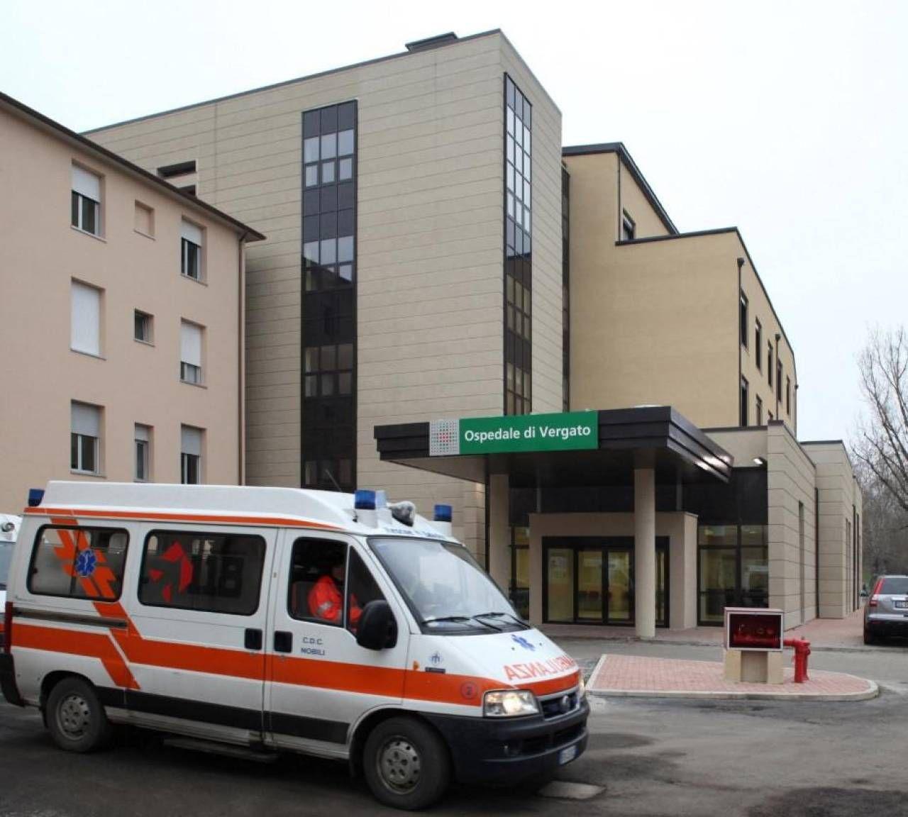 Sopra: l'ospedale di Vergato. In piccolo: il sindaco Giuseppe Argentieri