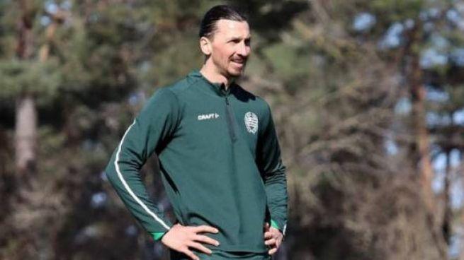 Ibrahimovic durante l'allenamento con l'Hammarby