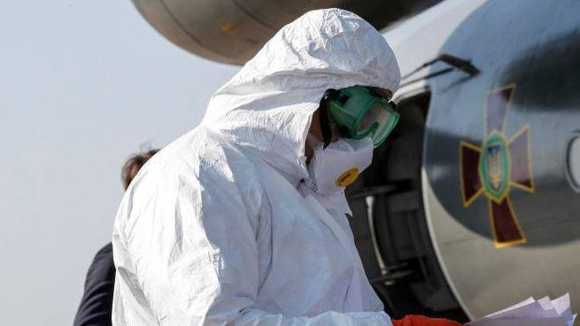 Coronavirus, arrivano aiuti all'ospedale di Pratica di Mare (Ansa)
