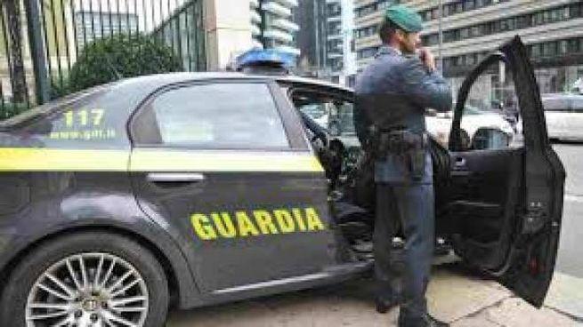 La Guardia di Finanza ha denunciato due persone che stavano preparando mascherine griffate, ma contraffatte