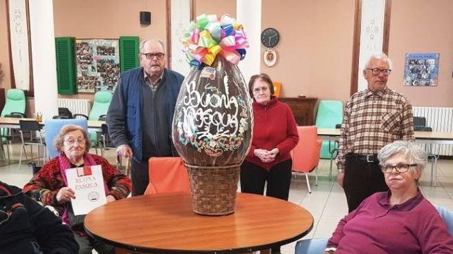 Un gruppo di anziani con l'uovo di Pasqua
