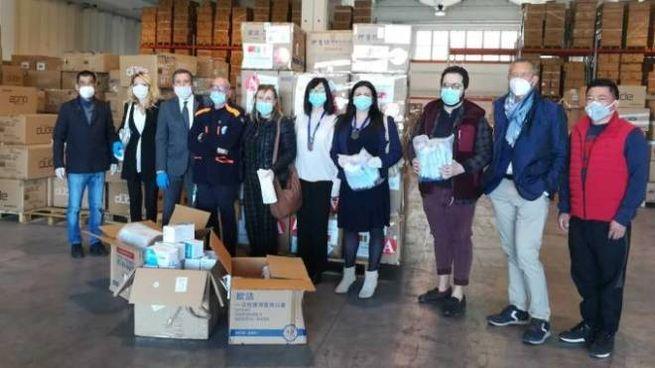 Foto di gruppo durante la consegna delle mascherine alla Protezione civile