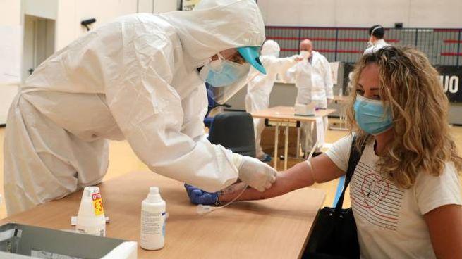 Coronavirus, a woman undergoes serological test (Ansa)