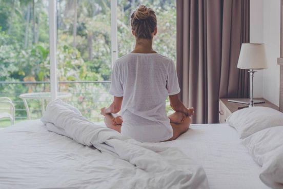 La meditazione è la pratica classica. Sono sufficienti pochi minuti al giorno per trovare un equilibrio e entrare in contatto con se stessi