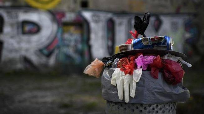 Rifiuti in un bidone della spazzatura (Ansa)