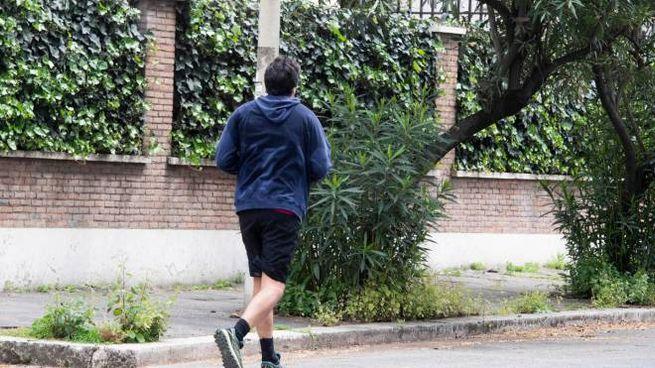 Un uomo fa jogging