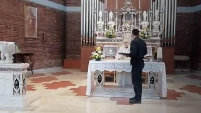 I carabinieri multano il prete per il funerale (frame da video Youtube)