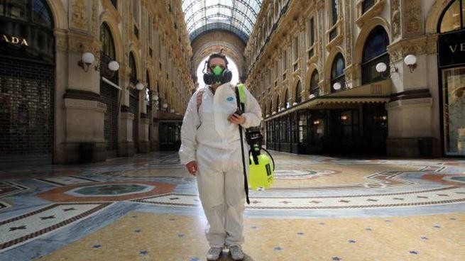 Milano, disinfestazione in galleria Vittorio Emanuele (Ansa)