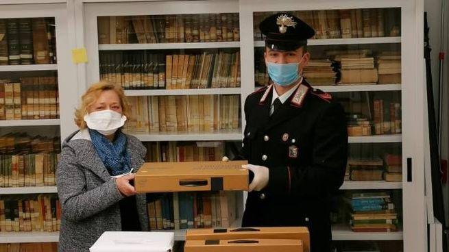 I carabinieri hanno consegnato i tablet a cinque studenti del liceo classico