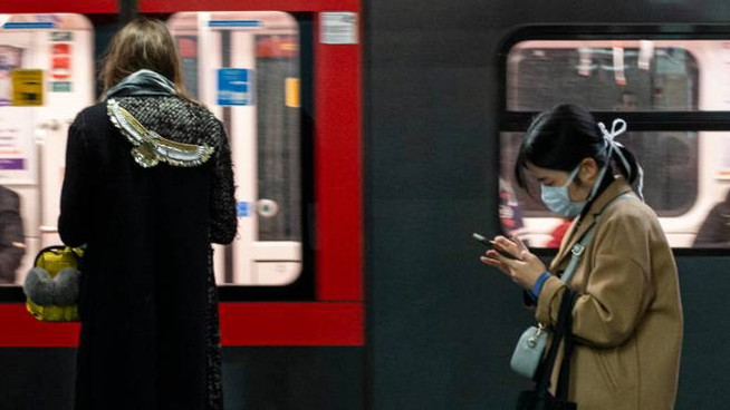 Coronavirus, mascherine in metro a Milano (Ansa)