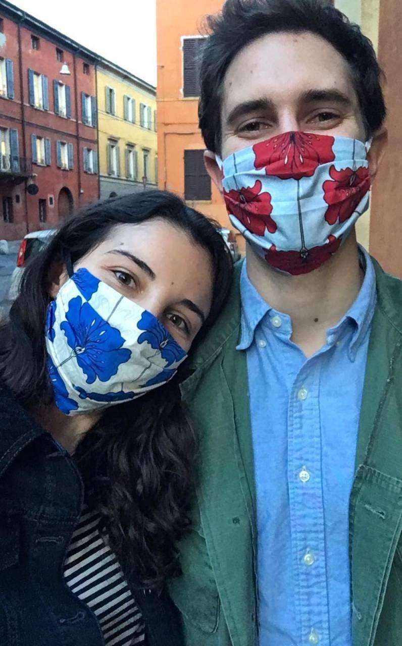 A sinistra Caroline Caporossi, ideatrice del progetto. A destra una donna impegnata a cucire una mascherina