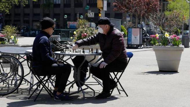 Due persone giocano a scacchi in Madison Square, New York (Ansa)