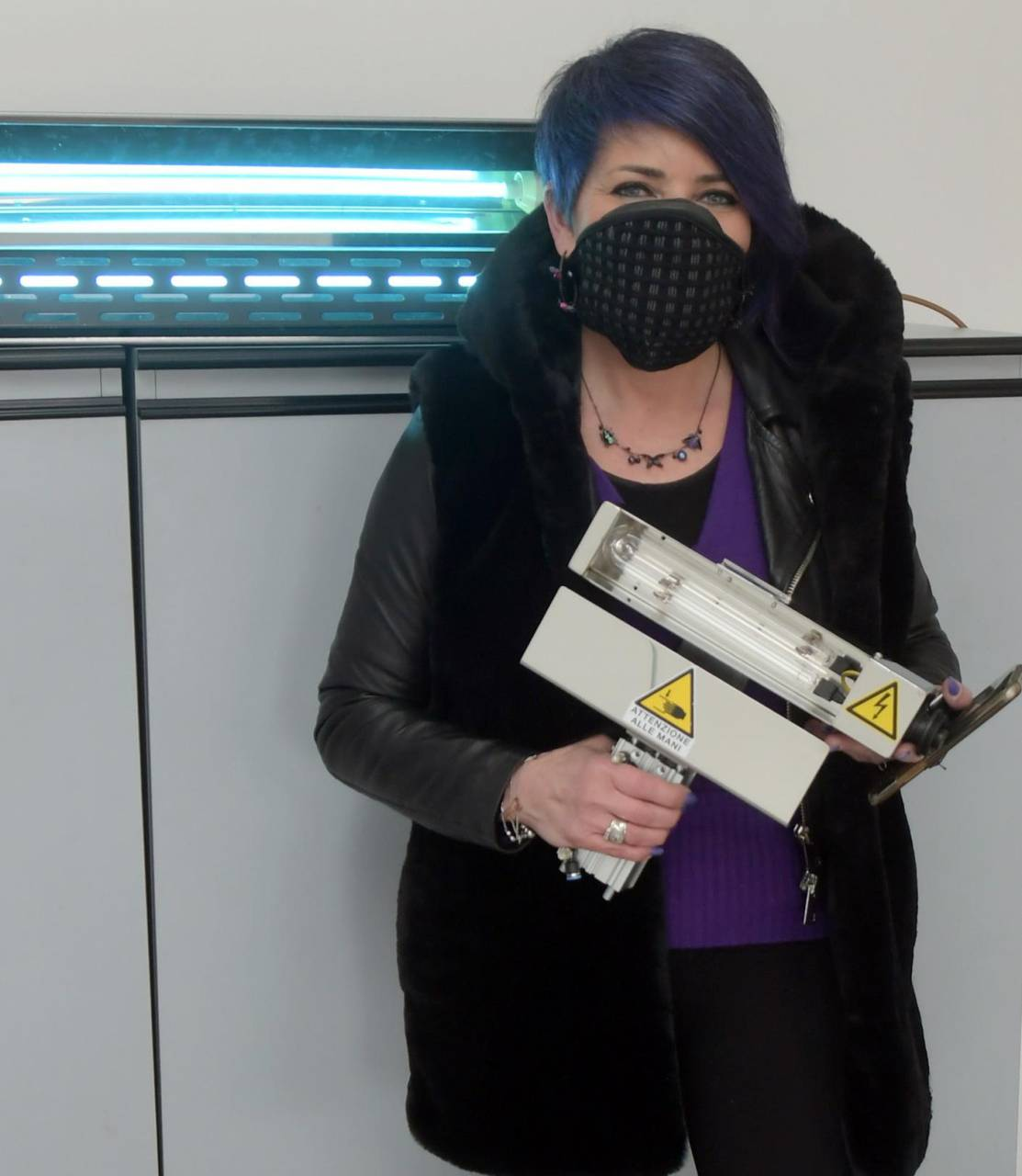 Marcella Dal Miglio nella sua azienda che produce sanificatori a ultravioletti