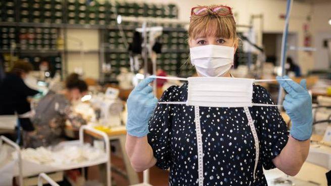 Coronavirus, un laboratorio che produce mascherine (Imagoeconomica)