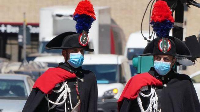 Carabinieri con la mascherina davanti al Senato (foto Imagoeconomica)