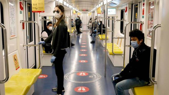 Fase 2, persone in metropolitana a Milano (Ansa)