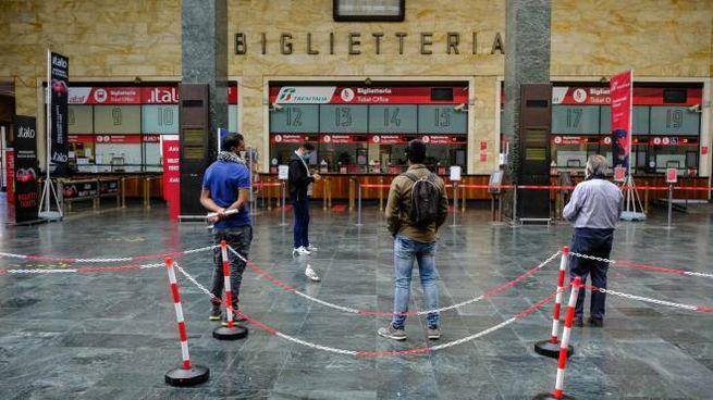 Viaggiatori in coda alla biglietteria di Firenze Santa Maria Novella (New PressPhoto)