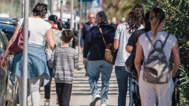 Fase 2, gente in giro a Porto Sant'Elpidio (foto Zeppilli)