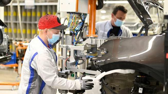 Operai metalmeccanici al lavoro in azienda (ImagoE)