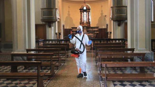 Disinfezione all'interno di una chiesa (Ansa)