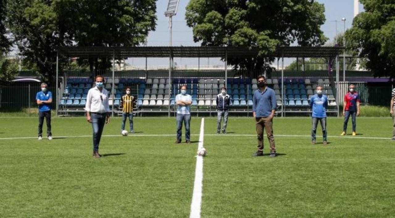 Al centro del campo in primo piano a destra l'assessore Guccione e a sinistra il presidente della commissione sport Giorgetti