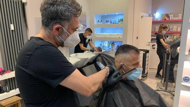 Coronavirus, parrucchiere aperto a Bolzano durante la Fase 2 (Ansa)