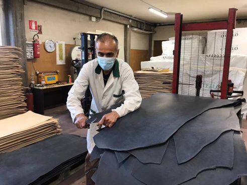 Un artigiano al lavoro in una azienda del distretto di Santa Croce sull'Arno