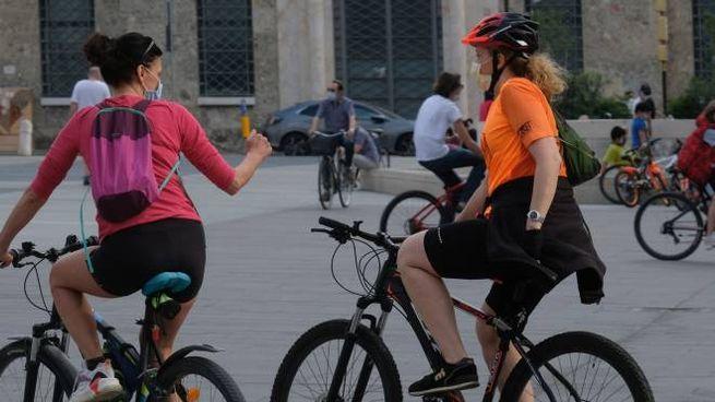 Gente in bicicletta a Brescia (Ansa)