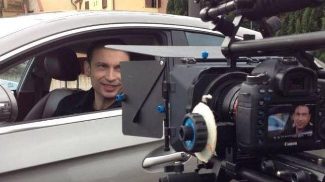 Il regista Alessandro Ingrà durante le riprese di un film