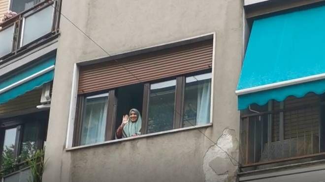 Silvia Romano è tornata a casa. Il saluto dal balcone: