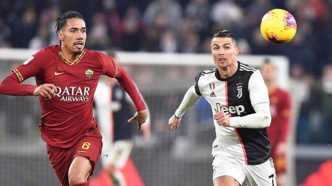 Chris Smalling a duello con Cristiano Ronaldo in Juve-Roma