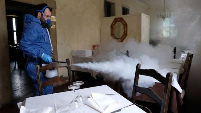 Fase 2, in attesa delle riaperture si sanificano i ristoranti (Ansa)