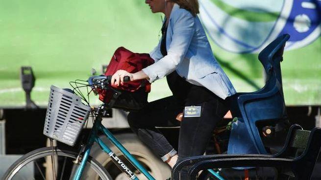 Bonus mobilità per l'acquisto di biciclette e monopattini (Dire)