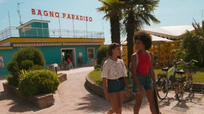 Sofia (Amanda Campana) e Summer (Coco Rebecca Edogamhe)  al Bagno Paradiso di Cesenatico