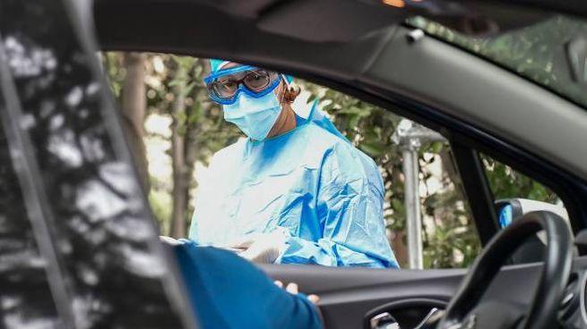 Coronavirus, tamponi in auto (foto Imagoeconomica)