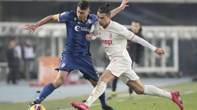 Davide Faraoni a contrasto con Cristiano Ronaldo