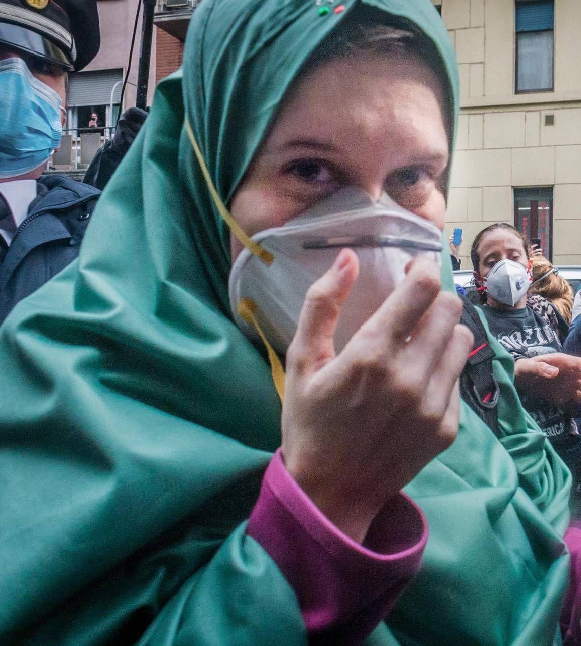 Silvia Romano, 24 anni, la volontaria milanese rapita in Africa nel momento del ritorno a casa sua