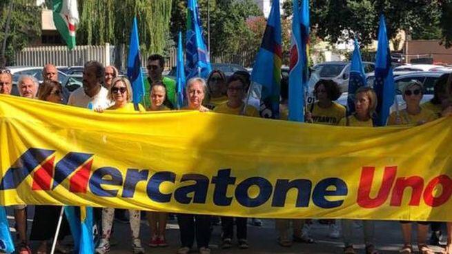 Una delle manifestazioni prima del lockdown dei lavoratori del Mercatone Uno