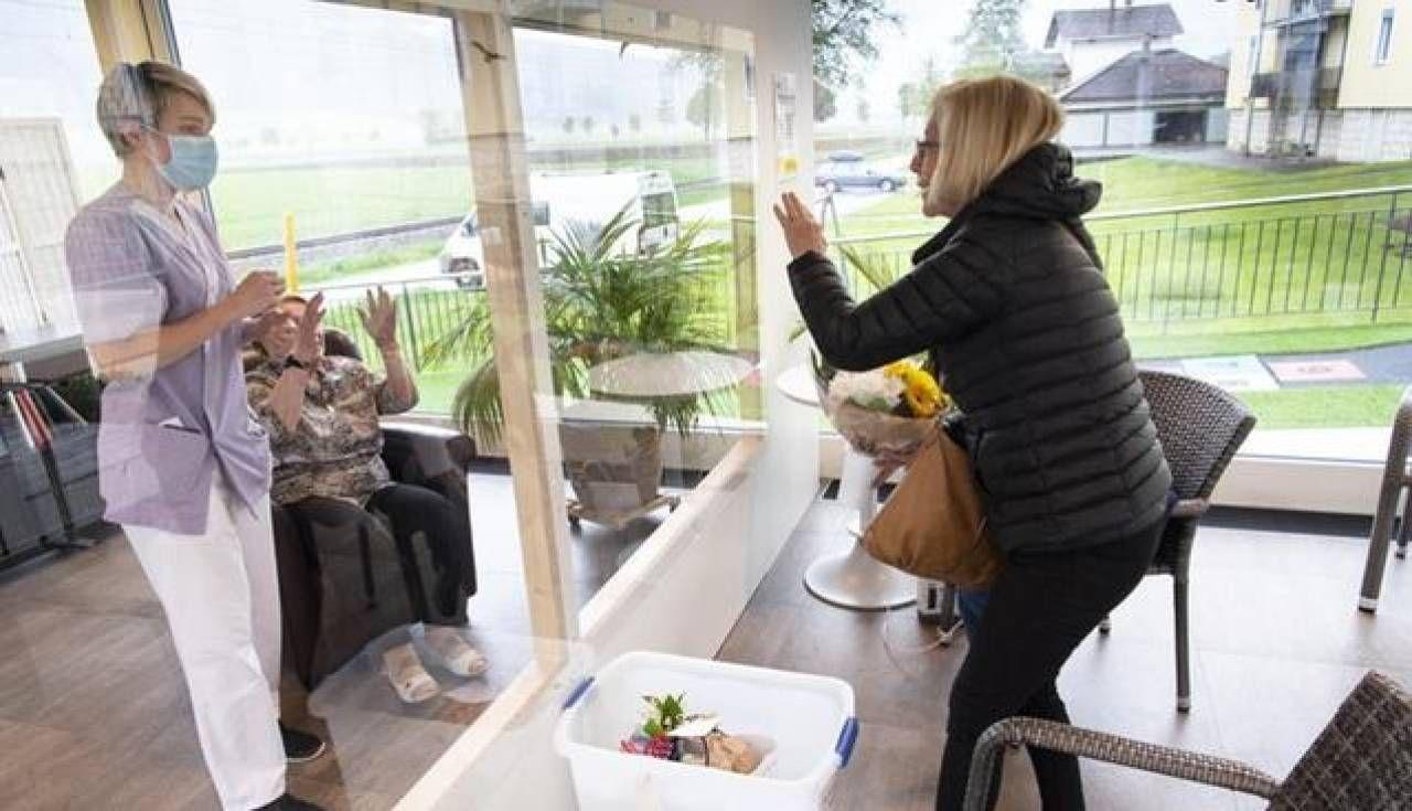 In alcune case di riposo italiane stanno sperimentando le visite dei familiari agli ospiti dietro un vetro in sicurezza