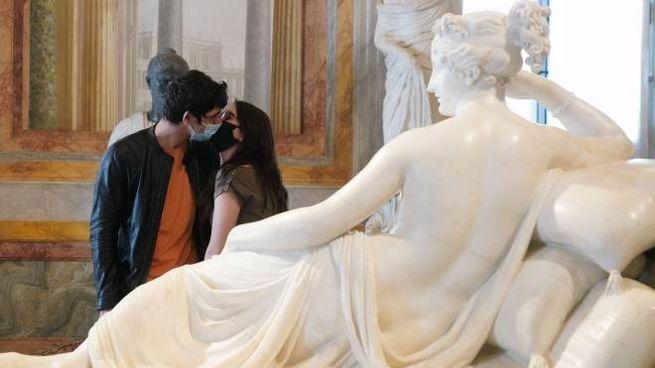 Due innamorati si baciano alla Galleria Borghese (Imagoeconomica)