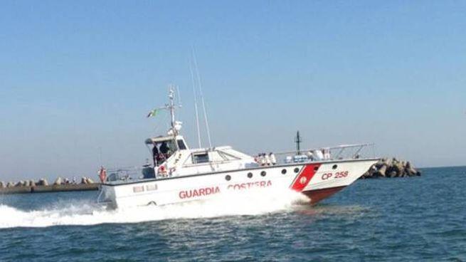 L'imbarcazione è affondata a circa un miglio al largo di Cattolica: salvi i due membri dell'equipaggio