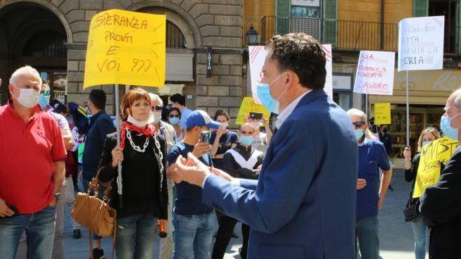 Il sindaco di Pisa parla con i manifestanti (Valtriani)
