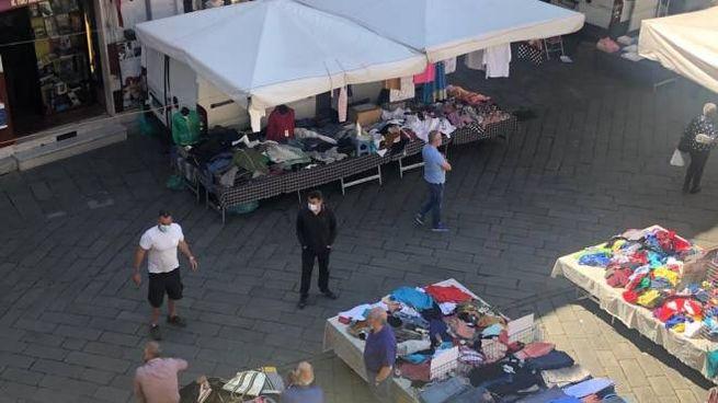 Alcuni banchi del mercato settimanale in piazza Luni