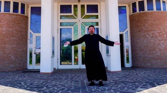 Don Marcin Wilczkiewic nel piazzale della chiesa del Romito