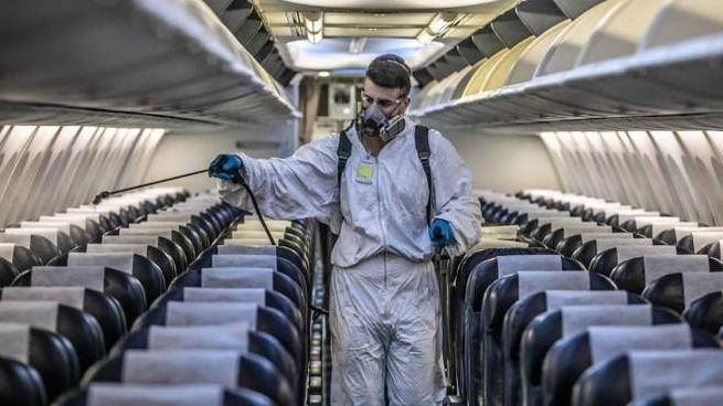 Sanificazione a bordo di un aereo (Ansa)