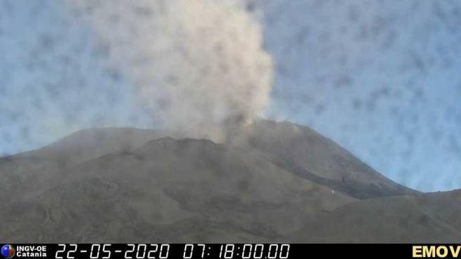 Etna, la nube di cenere dal Nuovo Cratere di Sud Est (video Ingv-Catania)