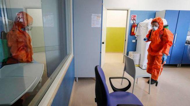 Coronavirus, sanificazione in una struttura medica (Ansa)