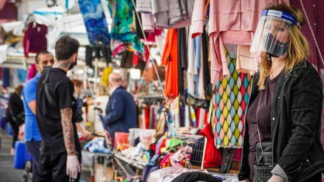 Il primo giorno di apertura dello storico mercato di vestiti a Napoli (Ansa)